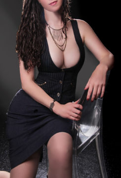 Toronto escort Rita New Photos Non-smoking Mature Brunette European Duo Couple-friendly Disability-friendly
