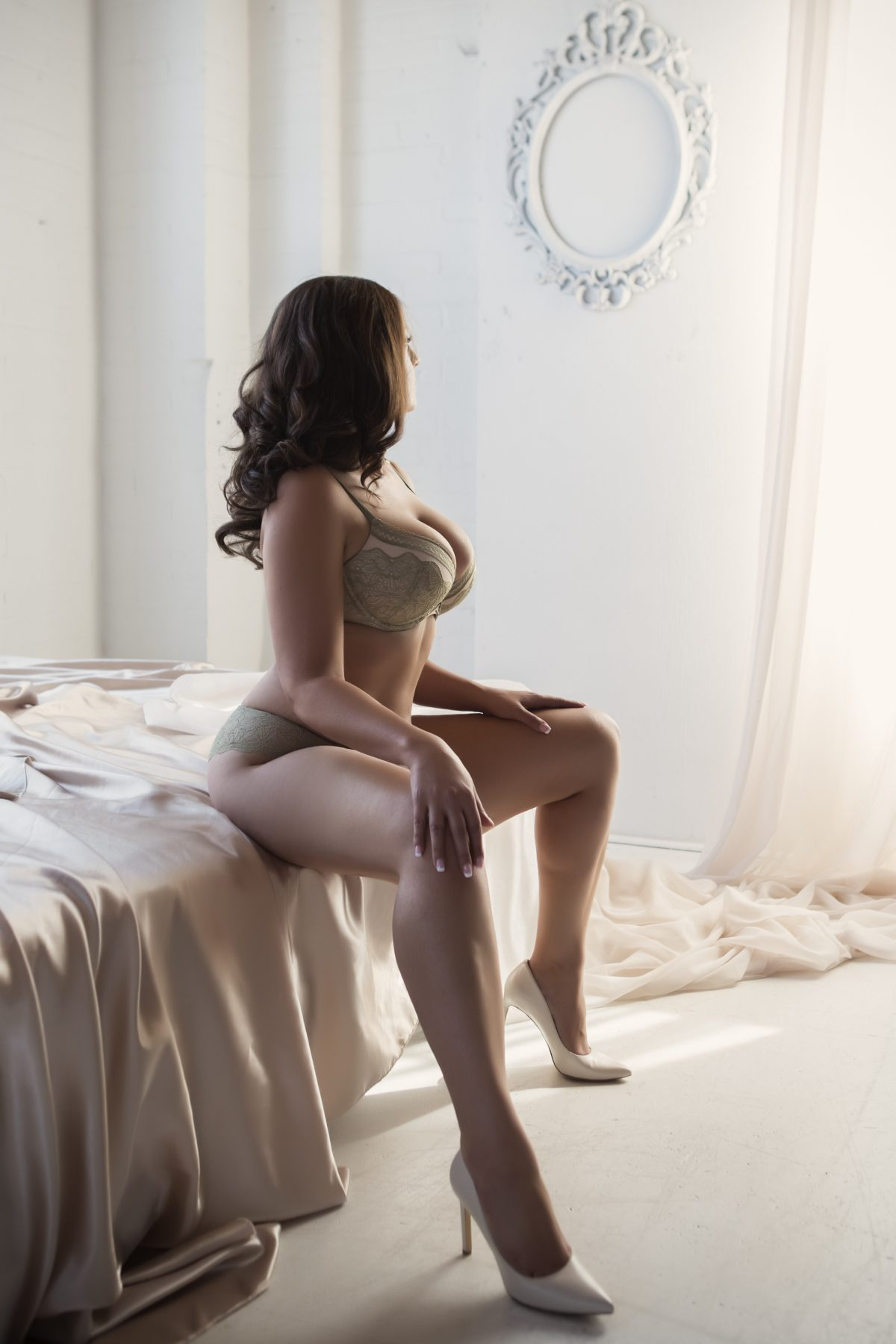 Toronto escorts companion upscale Evelyn Duo Couple-friendly Disability-friendly Non-smoking Mature Curvy Breasts Natural Brunette European Tattoos Large