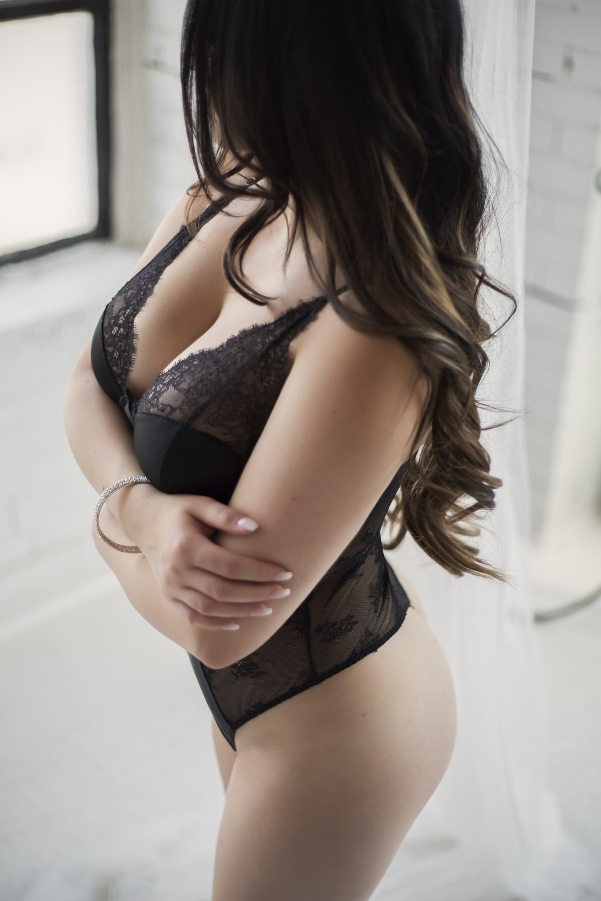 Toronto escorts companion upscale Noelle Disability-friendly Non-smoking Young Curvy Petite Breasts Natural Brunette European Tattoos None