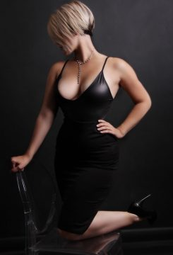Toronto escort Gwen New Photos Returning New Non-smoking Young Blonde European Petite Duo Disability-friendly