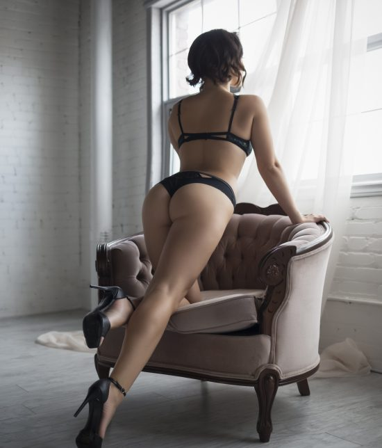 Toronto escort Evelyn Duo Couple-friendly Disability-friendly Non-smoking Mature Curvy Breasts Natural Brunette European Tattoos Large