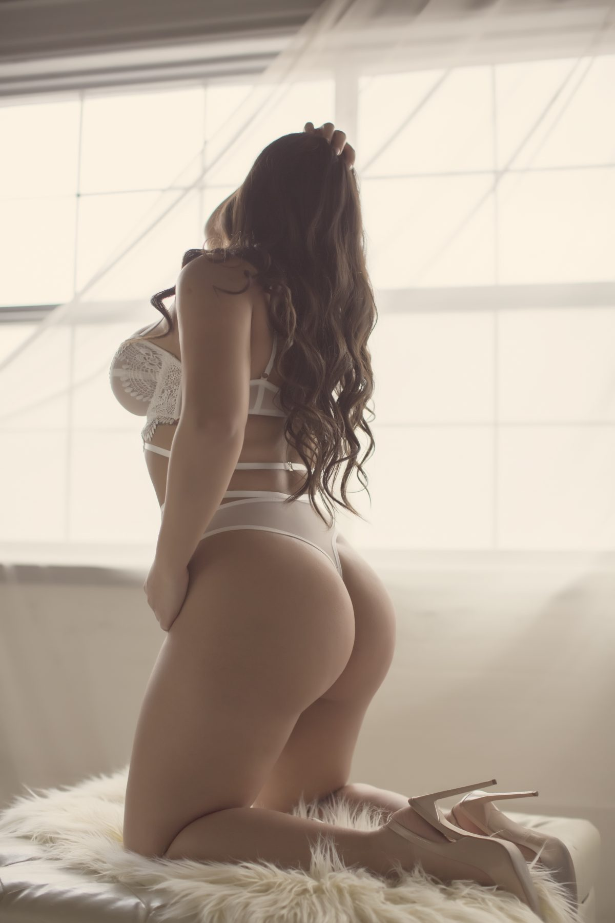 Toronto escorts companion upscale Layla Interests Duo Couple-friendly Disability-friendly Non-smoking Young Curvy Petite Natural Brunette Exotic