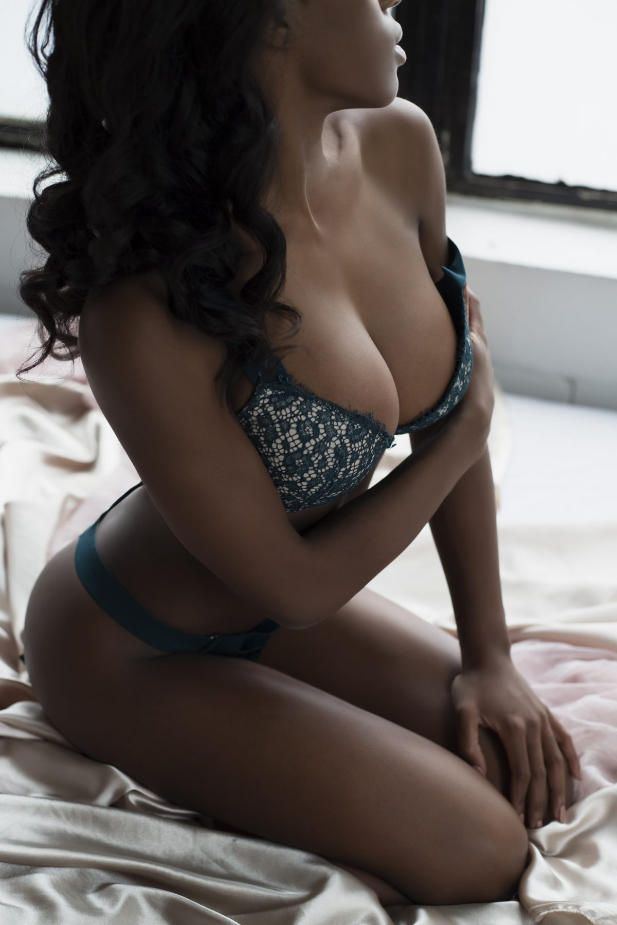 Toronto escorts companion upscale Vanessa Interests Duo Disability-friendly Non-smoking Age Mature Figure Slender Petite Breasts Natural Hair Other Brunette Ethnicity European Exotic Tattoos Large