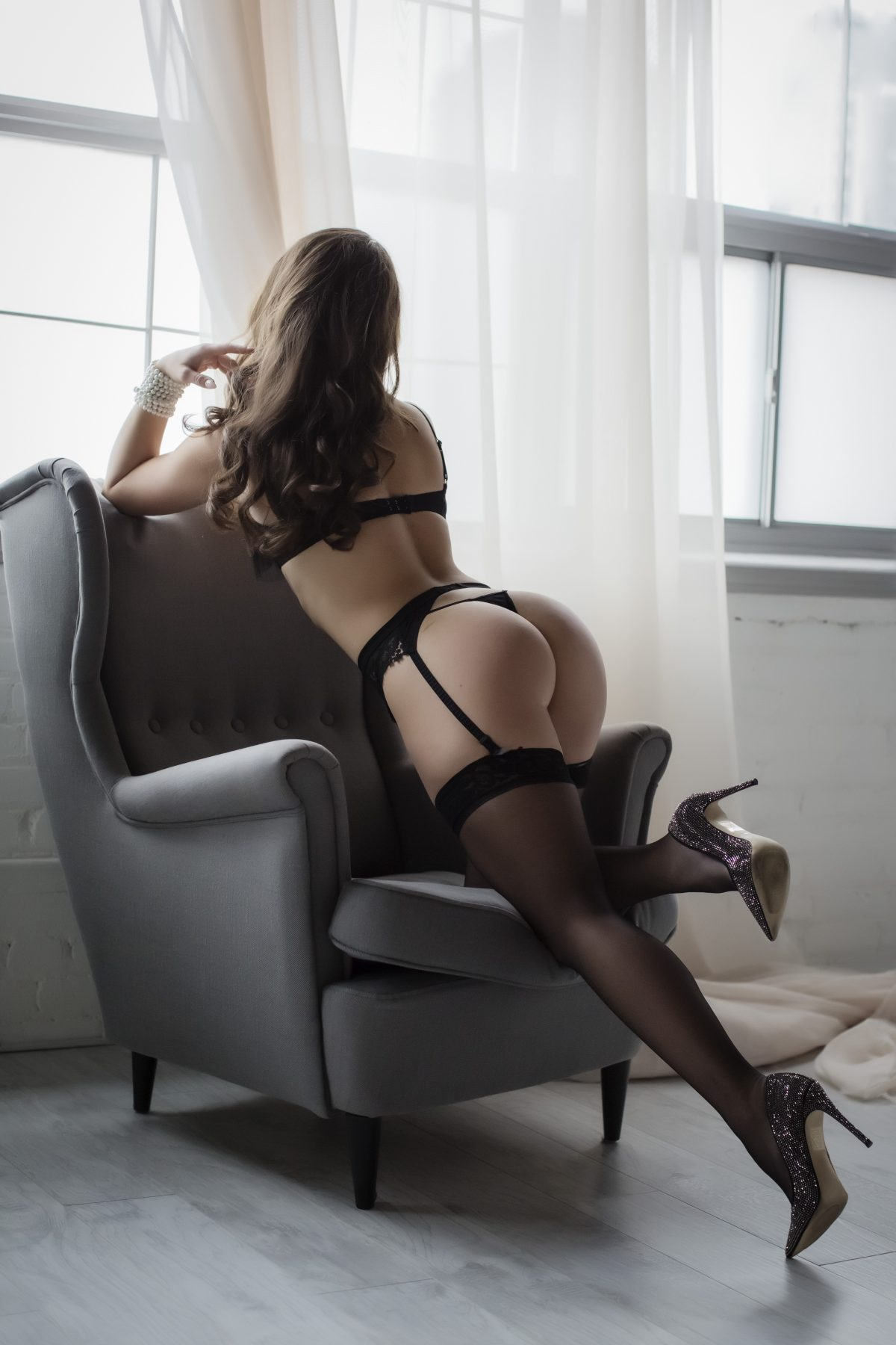 Toronto escorts companion upscale Kara Disability-friendly Non-smoking Young Slender Curvy Natural Brunette European None